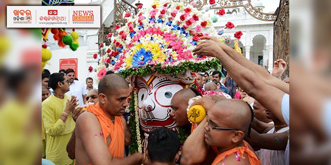 Lord Balabhadra escorted to chariot in Pahandi at Ujjain ISCKON temple, MP