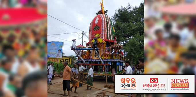 Devotees taking the chariot forward
