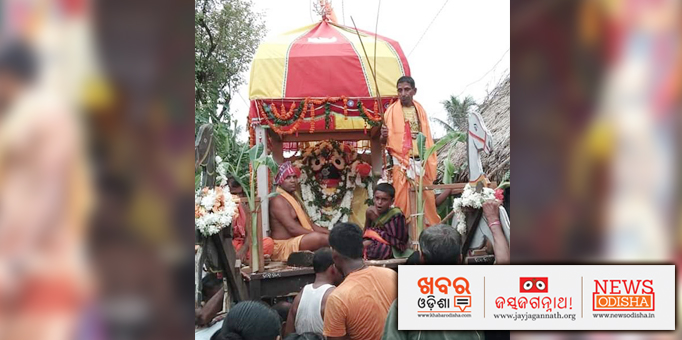 lord Jagannath and the servitors on the chariot.