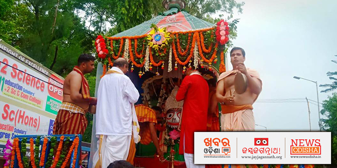 Priest performing rituals before the chariot starts to roll towards birthplace