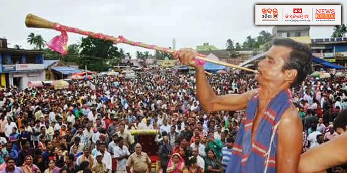 A servitor blowing Bheri to welcome the king for performing Chhera Pahanra for Bahuda Yatra at Ranpur