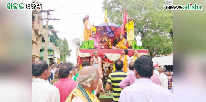 Lord Jagannath being taken on Pahandi to the chariot for Bahuda Yatra at Risida in Kalahandi