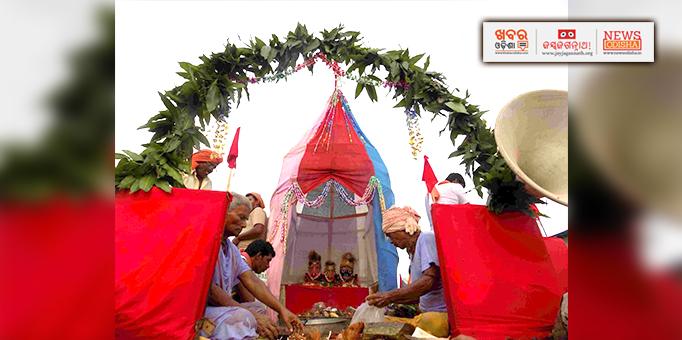 Servitors performing rituals on chariot at Malkangiri