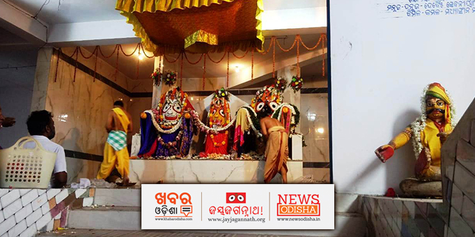 Servitors performing Lord Jagannath's rituals before the Bahuda Yatra