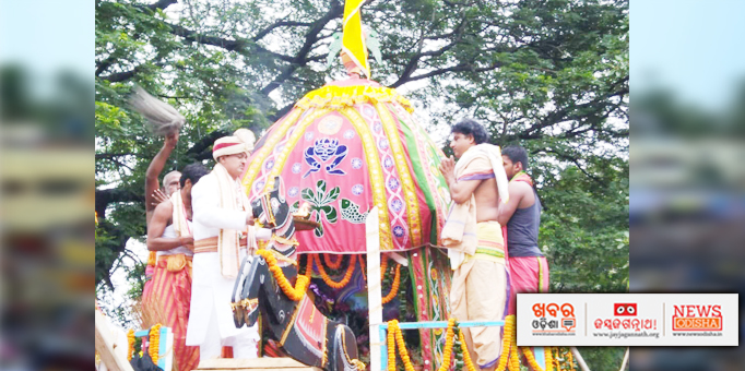 Jay Jagannath: The-first-servitor-performing-Chera-Panhara-ritual-on-Bahuda-Yatra-at-Balakati-in-Khordha-