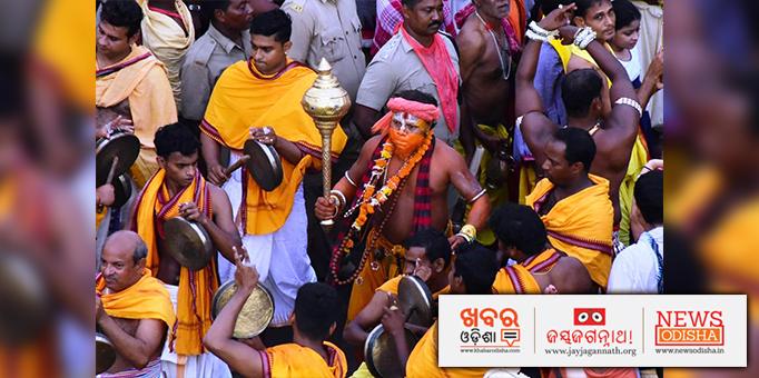 Devotees performing sankeertana on the Grand road