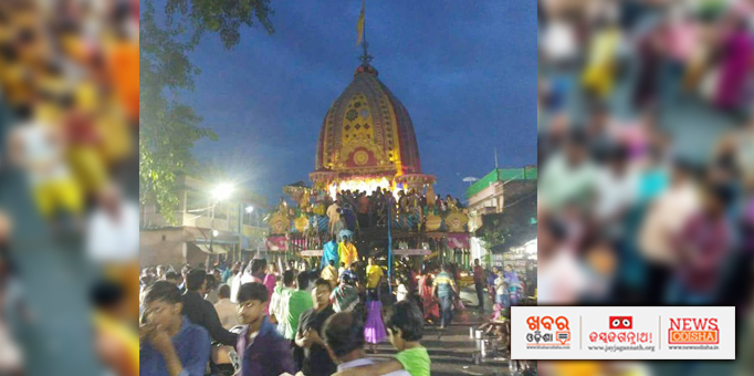 Devotees having darshan of the Lord on chariot at Talcher in Angul