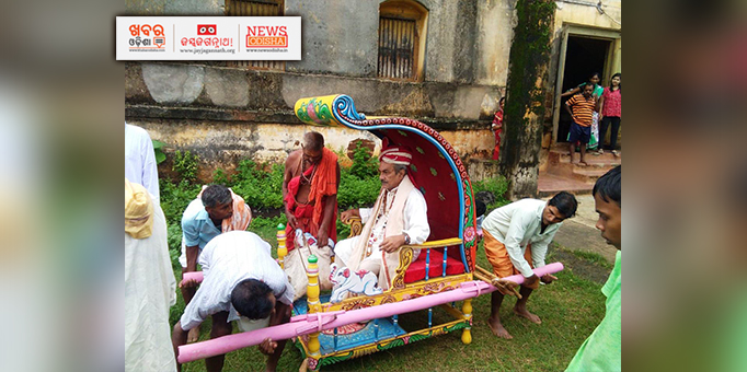 Erstwhile king of Ranpur, Nayagarh coming for Chhera Pahanra ritual on occasion of Bahuda Yatra