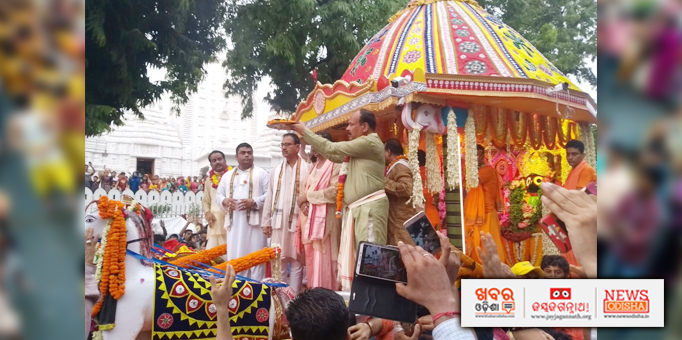Jay Jagannath: Chief-servitor-performing-alati-during-Pahandi-of-the-deities-for-Bahuda-Yatra-at-Hauz-Khas-Jagannath-temple-in-New-Delhi