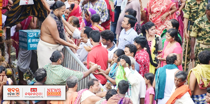 Khabar Odisha:Devotees-offering-Rasagola-to-the-deities-on-occasion-of-Niladri-Bije-in-Puri