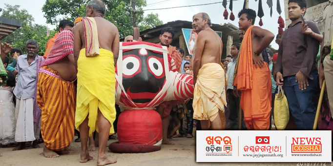 Servitors performing Pahandi Bije rituals of Lord Jagannath, pictures from Dasapalla