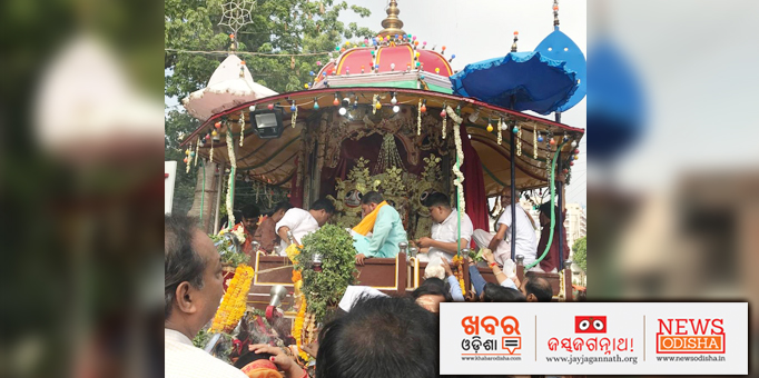 Servitors performing rituals on the chariot