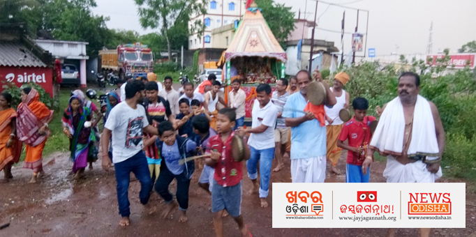 Devotees pulling chariot on a muddy road at Pachhipata gadanear Korei in Jajpur