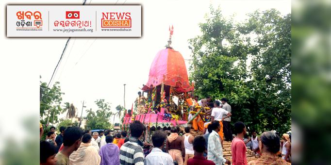 Jay Jagannath: Servitors-on-the-chariot-admist-devotees