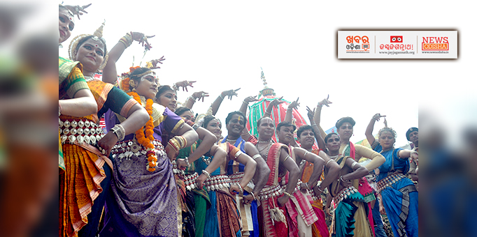 Khabar Odisha:Odissi-dancers-perform-in-front-of-chariots-at-Bada-Danda-in-Puri-