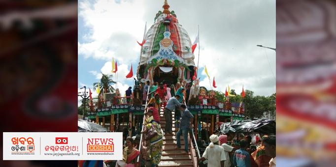 Devotees offering prayer to deities on Chariot in Nilagiri, Balsore