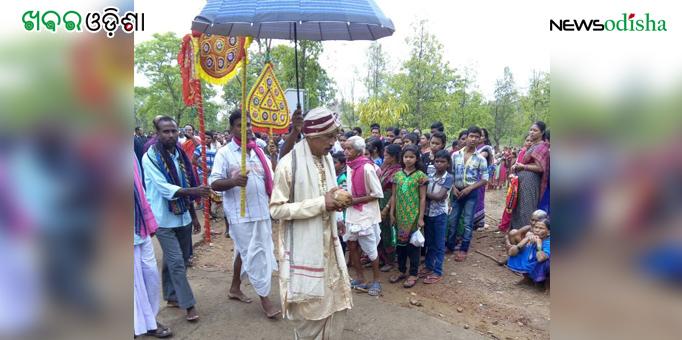Local King performs ritual at Patali Khetra in Kotsamalai, Subarnapur on Rath Yatra