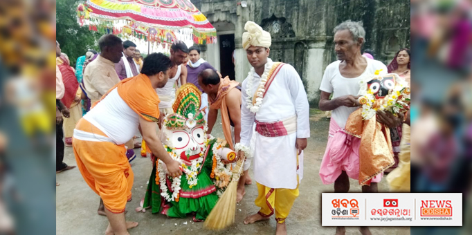 Chhera Pahnara ritual performed by chief servitor at Kurujanga in Jharsuguda