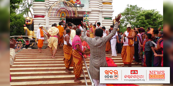 Devotees await the arrival of the deities from the temple.