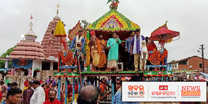 Rituals being performed amid the jangle of 'Ganta' and 'Mridanga' on the chariot in Sambalpur