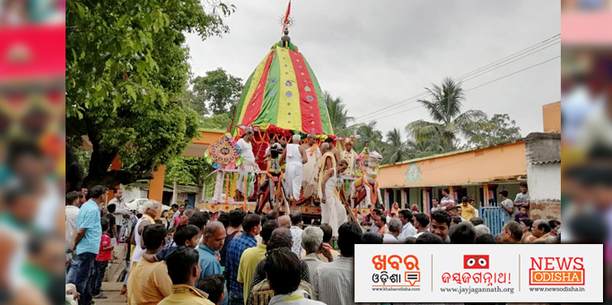Servitors on the chariot admist the crowd of devotees
