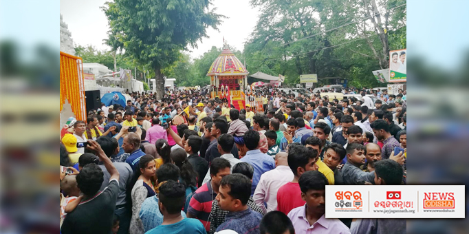 The chariot is marching ahead amidst the devotees at Hauj Khus, New Delhi