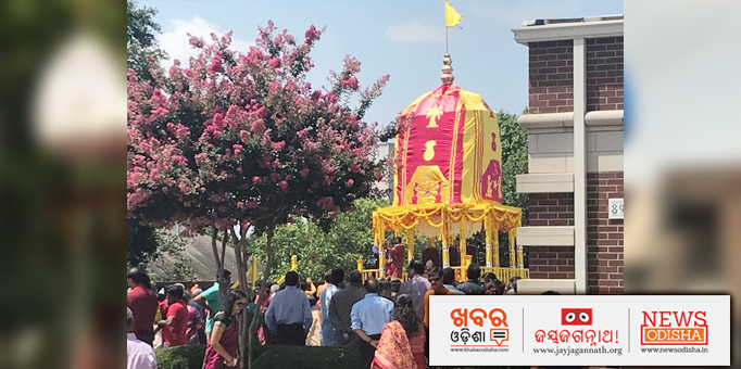 Jay Jagannath: Devotees-take-the-chariot-towards-Aunts-Place