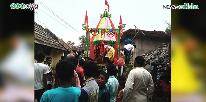 Devotees pull chariot in Kurunti in Dhenkanal