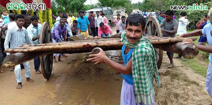 Devotees take Char Mala to tie on the chariot before Bahuda Yatra at Kotsamalai in Subarnapur