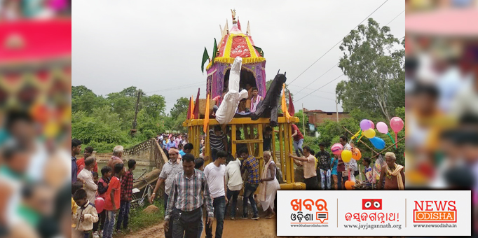 Chariot of the Lord of the Universe admist the devotees