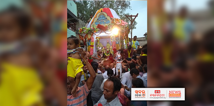 Amidst thousands of onlookers, a small kid also has come to witness the Rath Yatra at Brajnagar, Jharsuguda