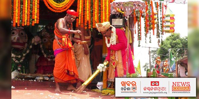 Gajapati performing the Chhera Panhara.