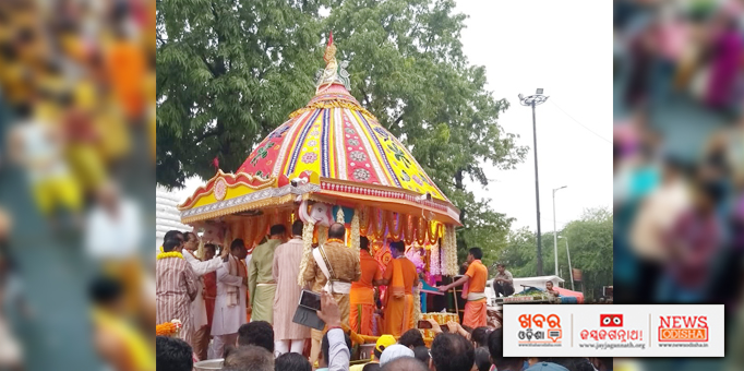 Jay Jagannath: Servitors-performing-rituals-on-the-chariot-for-Bahuda-Yatra-at-Hauz-Khas-Jagannath-temple-in-New-Delhi