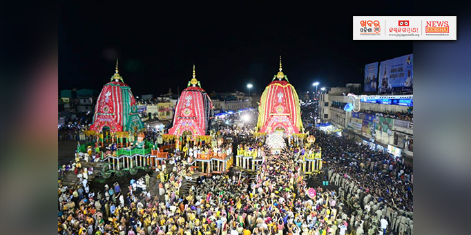 Lakhs throng Grand Road to witness Niladri Bije