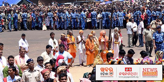 Puri Sankaracharya Swami Nischalananda Saraswati comes to the chariot.