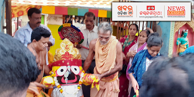 Jay Jagannath: Lord-Jagannath-on-his-way-to-the-chariot-during-Pahandi-Bije-ritual