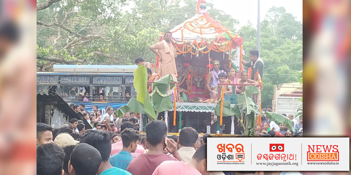 Devotees pulling the chariots with great vigor, pictures from Basudevpur