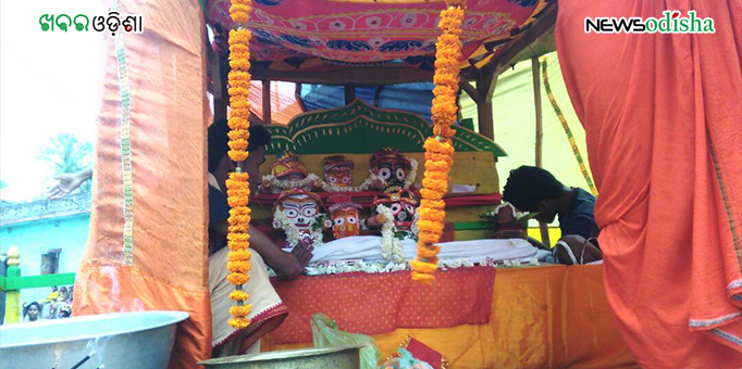 Priests perform rituals to Lord Jagannath and His siblings atop chariot in Kurunti  In Dhenkanal