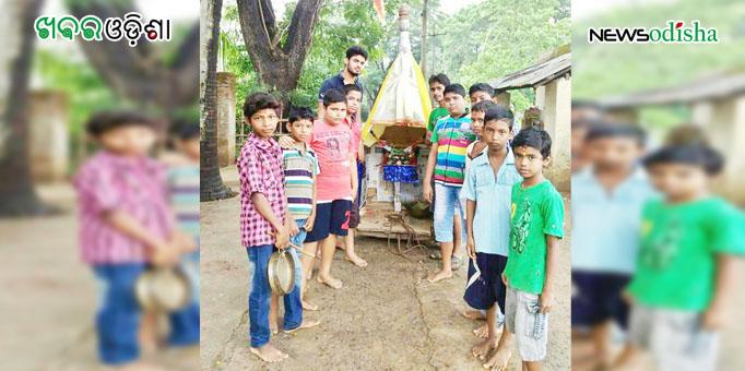 Children lined up to pull miniature chariot in Jagatsinghpur