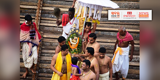 Khabar Odisha:Madan-Mohan-being-taken-to-temple-after-Rath-Yatra-in-Puri