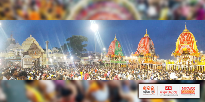 Devotees having a glimpse of the deities on chariots in front of Sri Mandir in Puri