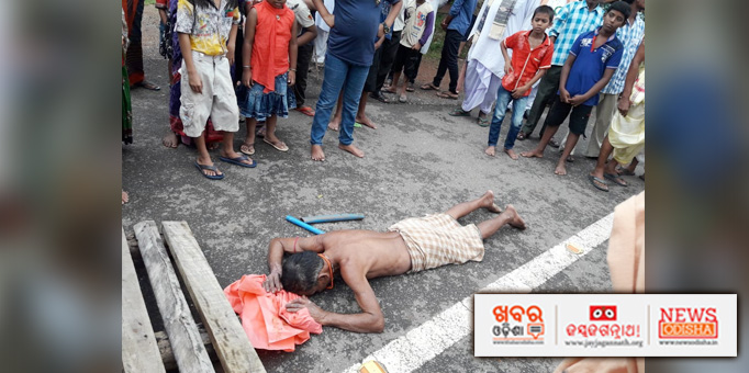A devotee prostrates before the Lords seeking blessings during Bahuda Yatra in Pipili,Puri