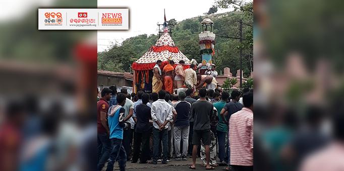 Chhera Pahnra ritual on Chariot in Hirakud, Sambalpur