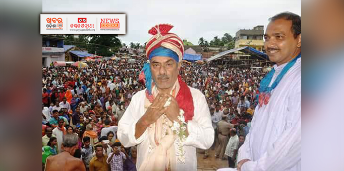 King surrenders himself before the Lord after performing Chhera Pahanra at Ranpur in Nayagarh