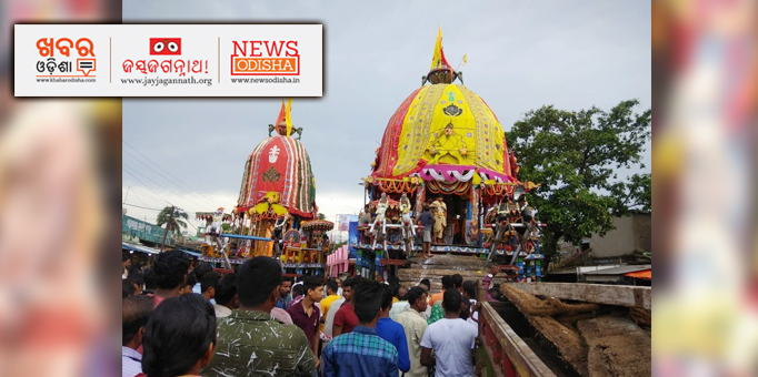 Jay Jagannath: Deities-on-chariot-admist-devotees