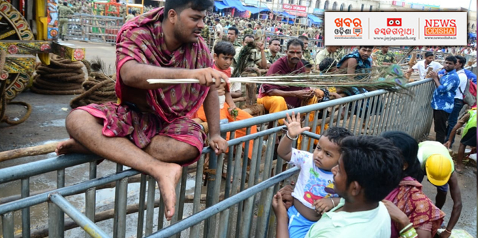Khabar Odisha:Servitors-blessings-devotees-in-Puri