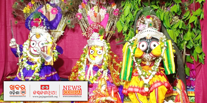 Jay Jagannath: Holy-Trinity-beautifully-decorated-in-white-flowers-and-garlands-of-tulasi-leaves