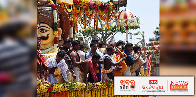Jay Jagannath: Servitors-performing-rituals-on-the-chariot