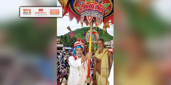 Ranpur king performing 'Marjana' for Bahuda Yatra of holy trinity