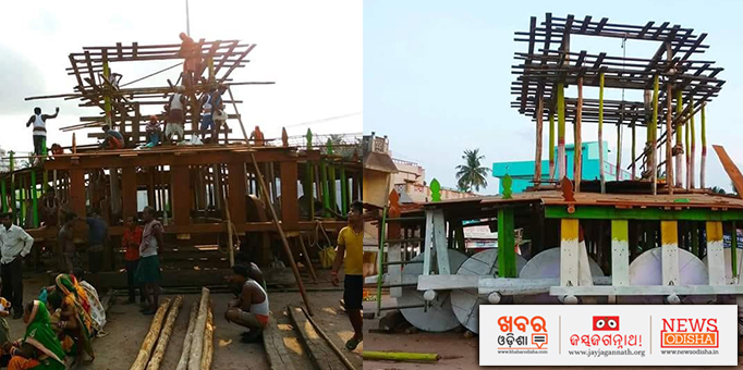 Carpenters busy making 'Parabhadi' (middle part of chariot) of a chariot for Rath Jatra in Kendrapara